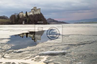 Zamek w Niedzicy  i jego odbicie w jeziorze