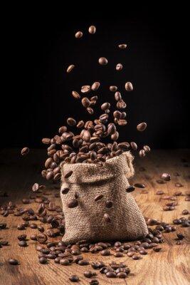 Poster cascata di chicchi di caffè in sacco di iuta