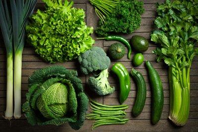 Poster Composition de légumes uniquement verts sur une table en bois