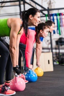 Poster Functional Fitness Workout im Fitnessstudio mit Kettlebell