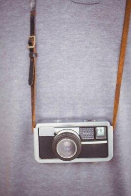 Poster Handsome hipster holding retro camera