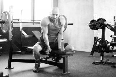 Poster Mann im Fitness Studio auf der Bank