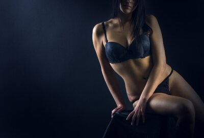 Poster Perfect woman body on black background