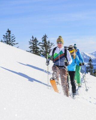 Poster Skitourengeher legen eine frische Spur im Pulverschnee