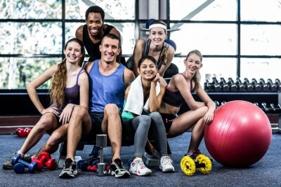 Poster Smiling fitness class posing together