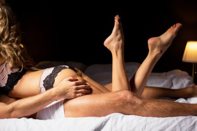Poster Woman lying on top of man in bedroom