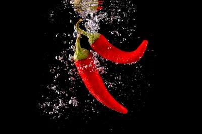 Sticker Czerwona papryka wpadająca do wody
