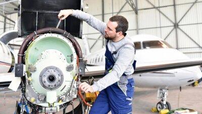 Sticker Fluggerätemechaniker repariert Triebwerk von Flugzeug im Hangar // workers repairs engine from the aircraft in the hangar