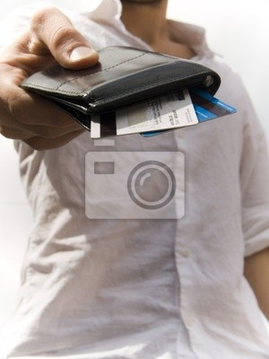 homme donnant des cartes de credit