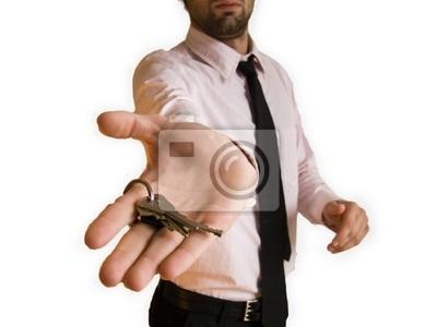 homme donnant les clefs
