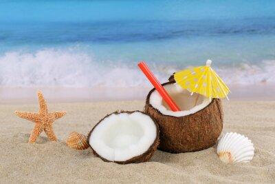 Sticker Kokosnuss Frucht Cocktail Drink im Sommer am Meer und Strand