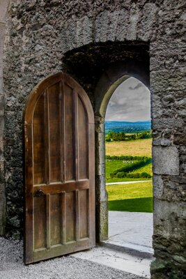 Sticker Offenes schweres Tor mit Blick auf irische Landschaft