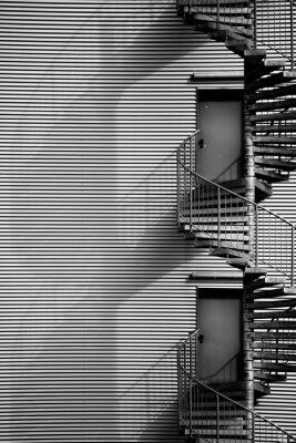 Sticker Wendeltreppe / Eine Wendeltreppe und Feuerleiter eines Industriegebäudes